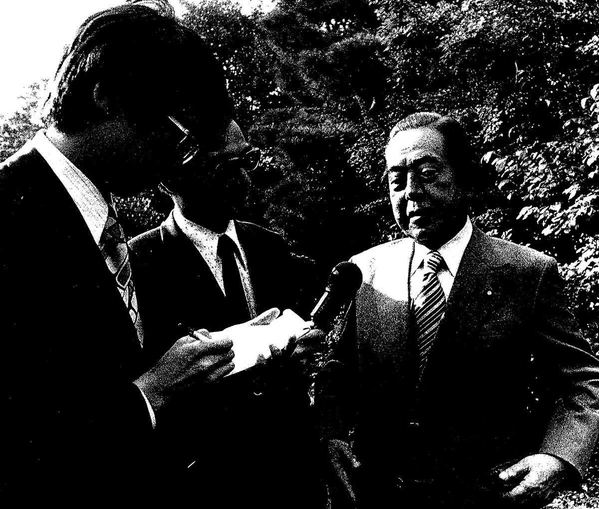 昭和49年(1974年)10月9日、早朝、佐藤栄作ノーベル平和賞決定の取材。東京・世田谷区代沢の佐藤私邸の中庭にて、時事通信・村井記者。